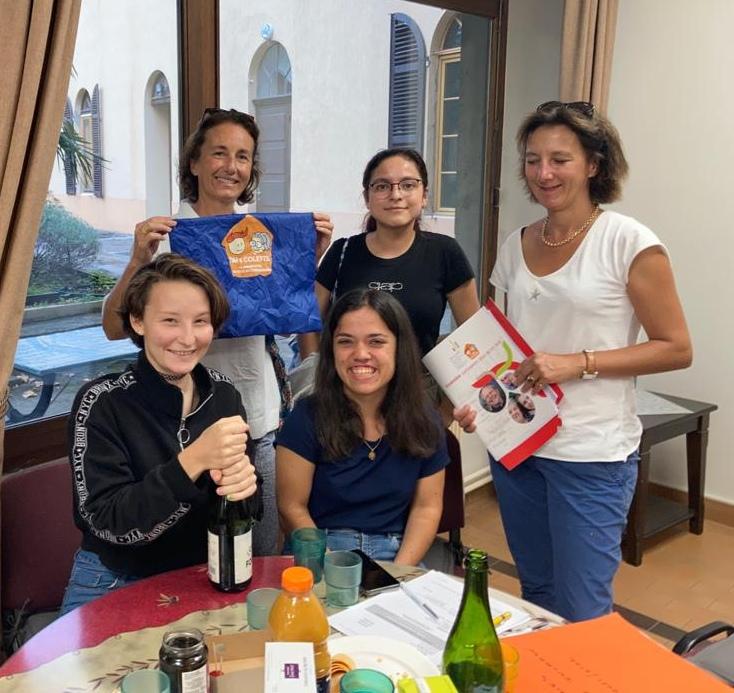 Sept étudiantes installées à la pension de dames du Verbe Incarné.